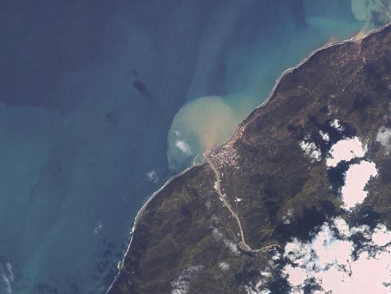 Arhava'daki selin denize taşıdığı toprak çok rahat bir şekilde görülebiliyor.